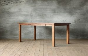 テーブル斜め正面の画像