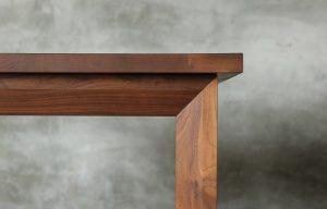 テーブル天板木口のアップの画像